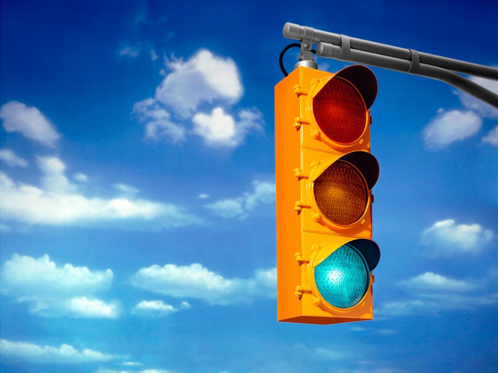 El rojo y el verde ya se usaban en las vías ferroviarias debido a su intensidad y visibilidad. Las tres luces que actualmente regulan el tráfico urbano de todo el mundo se completaron cuando, en 1914, el oficial de policía norteamericano William Potts añadió el color ámbar, como etapa de transición entre movimiento y detención, en un semáforo de la ciudad de Cleveland. El rojo y el verde ya habían sido incluidos en el considerado primer semáforo del mundo, instalado en Londres en1868 por el ingeniero John Peake Knight. Este artilugio funcionaba manualmente y, durante el día, elevaba dos brazos